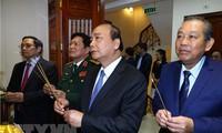 Premierminister zündet Räucherstäbchen für Präsident Ho Chi Minh an