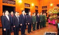 Vizepremierminister Vuong Dinh Hue zündet Räucherstäbchen für Präsident Ho Chi Minh an