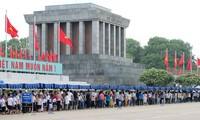 Zehntausende von Menschen besuchten das Ho Chi Minh-Mausoleum zum Tetfest