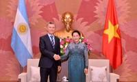 Parlamentspräsidentin Nguyen Thi Kim Ngan empfängt Argentiniens Präsidenten