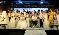Ehepaare mit Behinderung fahren hunderte Kilometer nach Hanoi für eine Gruppenhochzeit und Fotos
