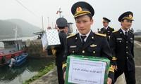 Memberikan bingkisan kepada komandan dan prajurit provinsi Quang Ninh