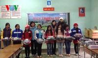 VOV5 memberikan bingkisan kepada warga dan pelajar miskin di kabupaten Meo Vac