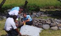 Menemukan kepingan yang diduga berasal dari pesawat terbang MH 370 di Samudra Hindia