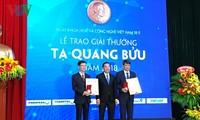 Menyampaikan Penghargaan Ta Quang Buu tahun 2018