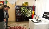 Kantor-kantor perwakilan diplomatik Viet Nam di luar negeri mengadakan upacara berziarah kepada Presiden Tran Dai Quang
