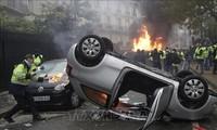 Pemerintah Perancis resmi menunda peningkatan pajak bahan bakar untuk menenangkan warga