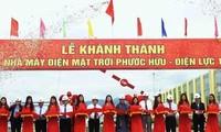 Wakil Harian Ketua MN, Ibu Tong Thi Phong menghadiri acara peresmian Pabrik listrik tenaga surya Phuoc Huu