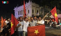 Vietnamese fans cheer football team at ASIAD