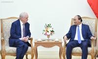 PM Nguyen Xuan Phuc receives Harvard University professor