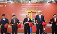 Нгуен Суан Фук перерезал ленту в знак открытия Недели товаров вьетнамского производства в Сингапуре