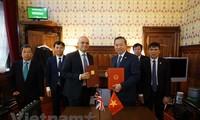 Вьетнам и Великобритания подписали памятный протокол о сотрудничестве в борьбе с торговлей людьми