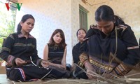 Народность Зярай бережно сохраняет ремесло плетения циновок «Пран»