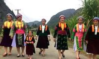 Своеобразная женская одежда субэтнической группы Монгчанг в провинции Хазянг