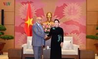 Председатель Нацсобрания Вьетнама приняла председателя Комитета по защите революции Кубы