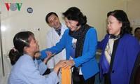 Chủ tịch Quốc hội Nguyễn Thị Kim Ngân thăm và tặng quà cho bệnh nhân ung thư