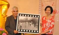 """Nhiếp ảnh gia Nick Ut trao tặng bức ảnh """"Em bé Napalm"""" cho Bảo tàng Phụ nữ Việt Nam"""
