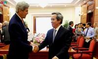 Trưởng ban Kinh tế Trung ương Nguyễn Văn Bình tiếp Nguyên Ngoại trưởng Hoa Kỳ John Kerry