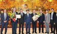Trao tặng 2 công dân Pháp danh hiệu vì sự nghiệp xây dựng Thủ đô