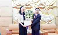 """Trao Kỷ niệm chương """"Vì hòa bình hữu nghị giữa các dân tộc"""" tặng Đại sứ Ba Lan tại Việt Nam"""