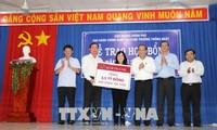 Phó Thủ tướng Trương Hòa Bình tặng quà cho người dân tỉnh Tây Ninh