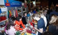 Giới thiệu vải tơ tằm Việt Nam tại Hội chợ Giáng sinh quốc tế ở Cộng hòa Czech