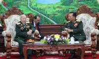 Bộ trưởng Bộ Quốc phòng Lào tiếp thân mật đoàn đại biểu Quân tình nguyện và chuyên gia Việt Nam tại Lào