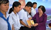 Tặng học bổng cho học sinh dân tộc thiểu số và con em cán bộ, chiến sĩ làm nhiệm vụ vùng biển đảo