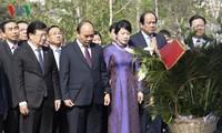 Thủ tướng Nguyễn Xuân Phúc đặt hoa tại tượng đài Chủ tịch Hồ Chí Minh ở Moscow
