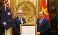 Trao tặng Huân chương hưu nghĩ cho Đại sứ Australia
