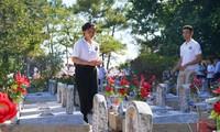 Thanh niên kiều bào dâng hương tưởng niệm các anh hùng liệt sĩ tại Nghĩa trang Liệt sĩ quốc gia Trường Sơn
