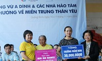 Mantan Wapres Truong My Hoa mengunjungi dan memberikan bingkisan kepada warga daerah banjir propinsi Quang Binh