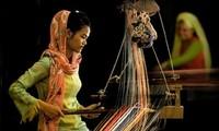 Mengkonservasikan dan mengembangkan desa keajinan tangan tradisional  etnis minoritas Cham