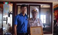 Memberikan Lencana peringatan demi generasi muda kepada para komandan dan prajurit di kepulauan Truong Sa