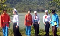 Menyanyikan lagu  Dum dalam kehidupan warga etnis minoritas Muong
