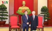 Sekjen Nguyen Phu Trong menerima delegasi Pengurus Besar Front Laos demi Pembangunan Tanah Air