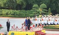 Presiden Tran Dai Quang meminpin acara penyambutan Presiden Indonesia, Joko Widodo