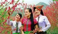 Busana tradisional dari perempuan Provinsi Son La yang berwarna-warni