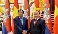 PM Nguyen Xuan Phuc melakukan pertemuan dengan PM Kamboja, Samdech Techo Hunsen