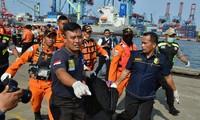Pekerjaan pencarian dan pertolongan para korban kecelakaan pesawat terbang JT 610 jatuh di laut