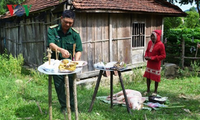 Pesta menguruk lubang dari warga etnis minoritas Chut