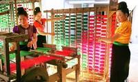 Kabupaten Moc Chau menjaga kerajinan menenun kain ikat