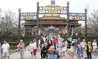Menyambut kedatangan kira-kira 200 wisatawan pertama ke Kota Hue dengan jalan penerbangan pada hari pertama tahun baru
