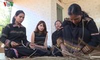 Warga etnis minoritas Jarai mempertahankan kerajinan menganyam tikar Pran