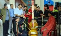 Upacara menyedekahi guci yang unik dari warga etnis minoritas  E De , cabang Mdhur dan Blo  di Provinsi Dak Lak