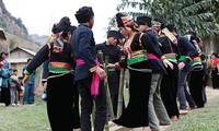 Adat menyedekahi nasi baru dari warga etnis minoritas La Ha