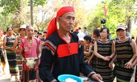 Upacara sedekah kepada  dermaga air dan kehormatan terhadap sumber hidup-nya dari warga etnis minoritas E De