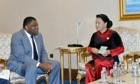 Mendorong kerjasama dengan para mitra, memperkuat  posisi Majelis Nasional Vietnam di forum-forum multilateral