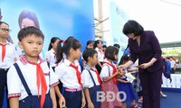 Vice President presents gifts to students, poor households in Binh Dinh