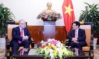 越南政府副总理范平明会见澳大利亚驻越大使奇蒂克